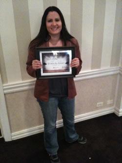 Merav Knafo holding her award